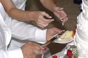 cuttingweddingcake 595